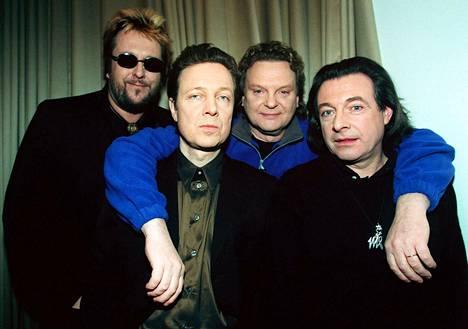 Vuonna 2001 Kirka, Pave Maijanen, Pepe Willberg ja Hector tekivät yhdessä Mestarit-konserttikiertueen.
