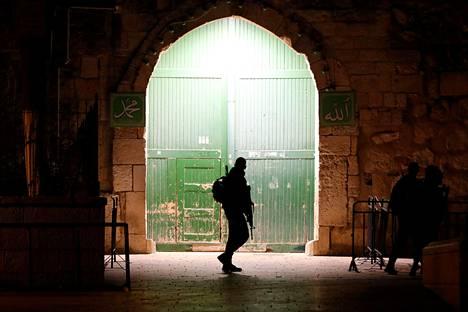 Portinvartija. Rajavartijat partioivat Al-Aqsan moskeijan portilla Jerusalemissa. Palestiinalaiset ovat protestoineet Israelin päätöstä sulkea portti uudelleen.