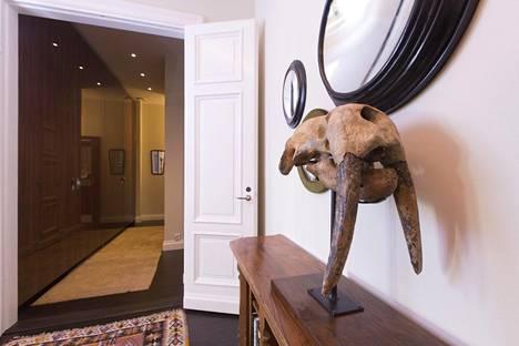 Bruce Oreck on harkiten valinnut esineet, jotka ovat esillä. Tässäkin on vanha eläimen pääkallo eteisaulassa ja asuntoon antavat valoa kattoon piillotetut led-valot. –Seinällä olevat peilit ovat noitapeilejä ja ne ovat 1880-luvulta. Niissä näkyy, miten valo liikkuu, Bruce Oreck sanoo.