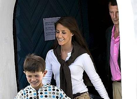 Tanskan prinssi Joachim, hänen poikansa prinssi Nikolai ja Marie Cavallier poistumassa hääharjoituksista perjantaina.