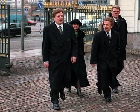 Esko Aho (vas.) ja Matti Vanhanen (oik.) ovat esillä keskustan uudeksi valtiovarainministeriksi.