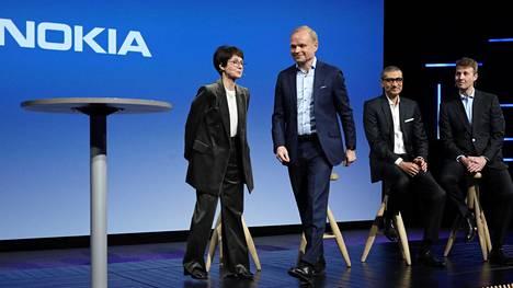 Maaliskuun alussa Nokia kertoi, että yhtiön toimitusjohtajaksi nousee Fortumin nykyinen toimitusjohtaja Pekka Lundmark (toinen vas.). Sari Baldaufista (vas.) on tulossa Nokian hallituksen puheenjohtaja. Kuvassa oikealla väistyvä toimitusjohtaja Rajeev Suri ja väistyvä hallituksen puheenjohtaja Risto Siilasmaa.