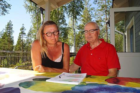 Katriina ja Matti Manninen viihtyvät loma-asunollaan Saimaan rannalla. Nyt on pohdinnan alla aurinkoenergiaan siirtyminen korkeaksi kohonneiden sähkön siirtomaksujen vuoksi.