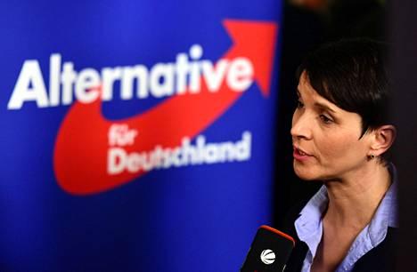Frauke Petry kommentoi vaalitulosta sunnuntai-iltana.
