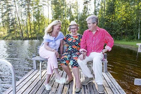 Klaus Järvinen, Seija Järvinen ja Seijan tytär Tertta Saarikko suvun kesäpaikassa Mäntyharjulla 2018.