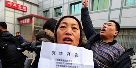 Liu Xiaobon kannattajat osittvat mieltään demokratian puolesta.