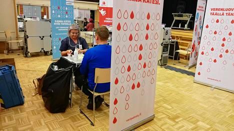 Savonlinnan paikallinen laajennettu maskisuositus ei ollut viime viikolla Veripalvelun henkilökunnan tiedossa ja siksi he toimivat verenluovutustilaisuudessa Veripalvelun omien ohjeiden mukaan ilman kasvomaskeja. Veripalvelu lupaa nyt ottaa paikalliset suositukset paremmin huomioon.