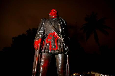 Kristoffer Kolumbuksen patsas on sotkettu mielenosoituksissa Yhdysvalloissa.