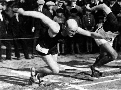 Urho Kekkonen starttaa Väinölänniemen kentällä Kuopiossa. Kuva ehkä vuodelta 1923.