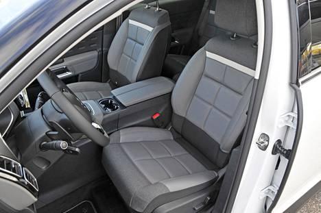 Citroënin mukavuusistuimet ovat kutsuvan näköiset. Istuimissa on 15 millin pehmeä päällikerros, tukeva runkorakenne eikä lainkaan jousia.