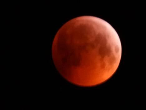 Tulipunainen kuu Harjavallassa.