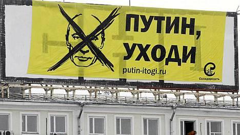 Protestoijien jättilakana kehotti Putinia eroamaan.