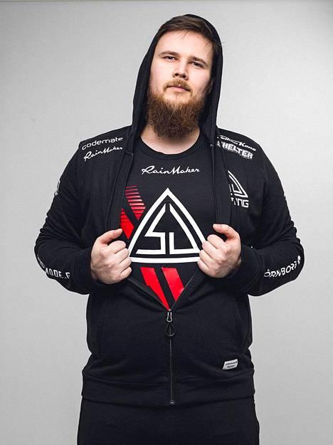 """Jesse """"KHRN"""" Grandell lopetti uransa SJ-paidassa. Kuvassa SJ:n vanha logo, joka ei paljoa poikkea uudistetusta versiosta."""