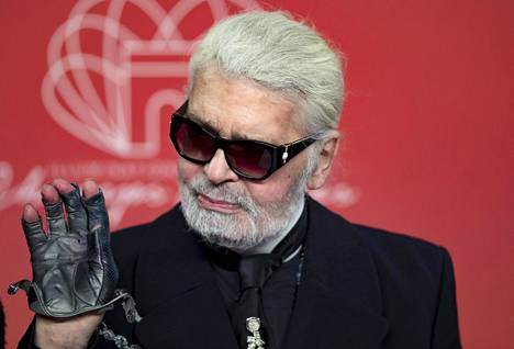 Lagerfeld pukeutui aina aurinkolaseihin ja hansikkaisiin.