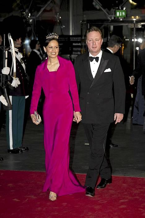Sayn-Wittgenstein-Berleburgin prinssi Gustav Frederik Philip Richardin ja Carina Axelssonin saapumista konserttitalolle ei voi olla huomaamatta.