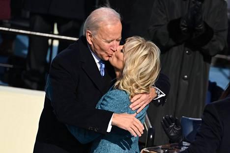 Joe ja Jill Biden suukottivat toisiaan virkavalan vannomisen päätteeksi.