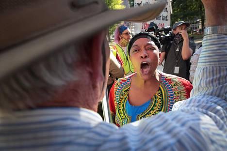 Oikeudenmukaisuutta vaativat rotumielenosoittajat ottivat sanallisesti yhteen vastamielenosoittajien kanssa Wisconsinin Milwaukeessa elokuun puolivälissä.