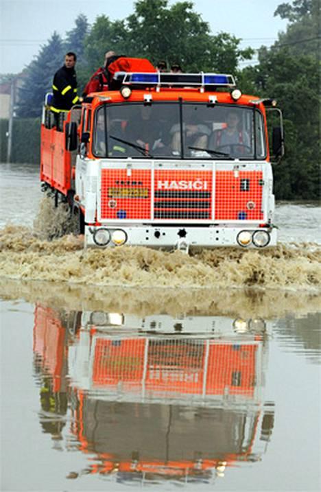 Paloauto kahlasi tulvien keskellä Tshekissä.