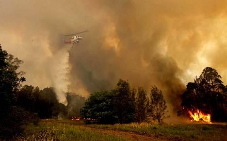 Palomiehet yrittivät sammuttaa paloa sammutushelikopterin avulla Old Barissa.