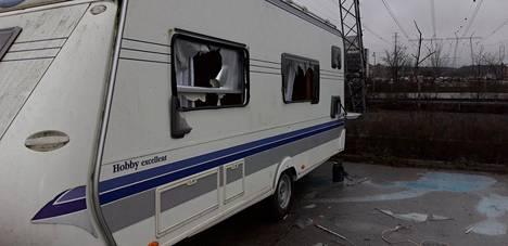 Joonas Lakka säilytti asuntovaunuaan Elannontiellä Pakkalassa.