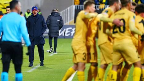 Pipopäinen Jose Mourinho joutui seuraamaan vierestä Bodö/Glimtin pelaajien juhlintaa.