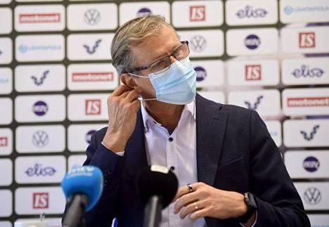 Huuhkajien päävalmentajalle Markku Kanervalle kasvomaskin käyttö on jokapäiväistä arkea.
