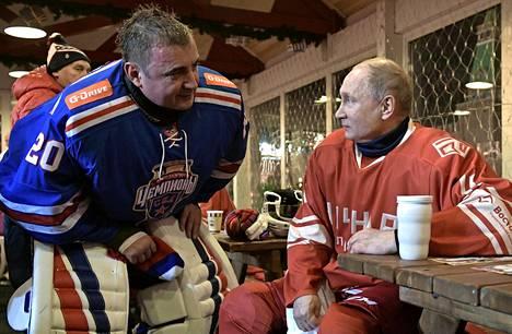 Yksi seuraajaehdokas on Aleksei Djumin. Kuvassa Djumin (vas.) ja Putin jääkiekkovarusteissa joulukuussa 2017.