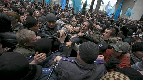 Poliisi erotteli parlamanettitalolla yhteenottaneita ukrainalaisia ja Krimin tataareja.