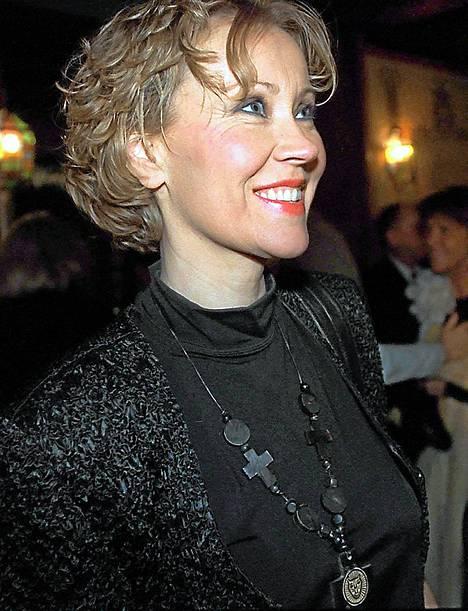 1998: Agnetha viihtyi julkisuudessa hyvin harvoin, mutta lähti kuitenkin juhlimaan laulaja Lill-Babsin 60-vuotissyntymäpäiville.