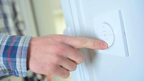 Sisälämpötila on hyvä säätää 20–22 asteeseen. Makuuhuoneessa lämpötila voi olla hieman tätäkin alhaisempi. Hieman alhaisempi huonelämpötila laskee myös energian kulutusta.