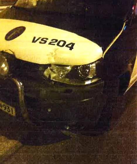 Poliisiauton keula meni ruttuun tilanteessa.