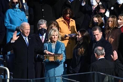 Joe Biden vannoi virkavalansa noin 12 minuuttia alun perin ilmoitettua aikataulua aikaisemmin. Hänen vaimonsa Jill Biden piteli Raamattua, jonka päällä Joe Biden piti vasenta kättään. Bidenin valan otti vastaan korkeimman oikeuden puheenjohtaja John Roberts.