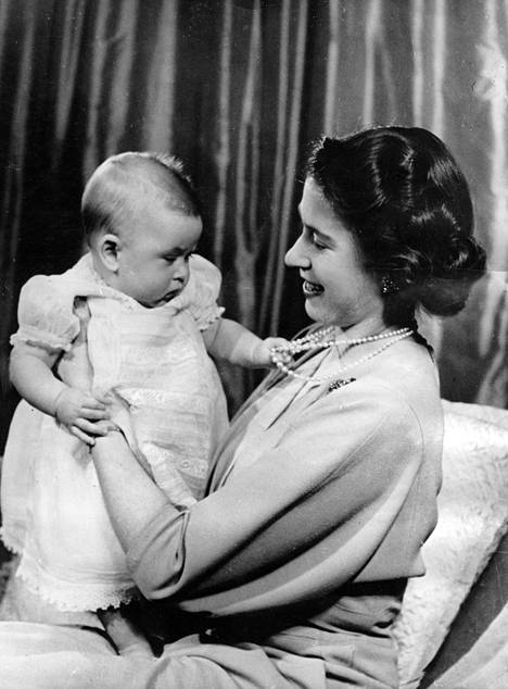 Kuvassa pieni prinssi Charles äitinsä sylissä 9. huhtikuuta 1949.