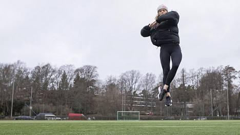 Emmi Peltosen täytyy harjoitella hyppyjä urheilukentällä ja lenkkikengät jalassa, koska koronavirus on sulkenut jäähallit.