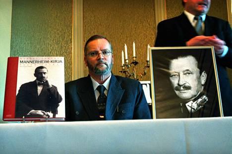 Matti Turtola Mannerheim-kirjan julkaisemistilaisuudessa lokakuussa 2001.