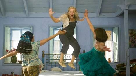 Julie Walters, Meryl Streep ja Christine Baranski tanssivat ja lauloivat ensimmäisessä Mamma Mia -elokuvassa.