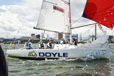 Silja Frost (2. vas.) oli venekuntansa taktikko Match race -purjehduksen MM-kilpailuissa Helsingissä.