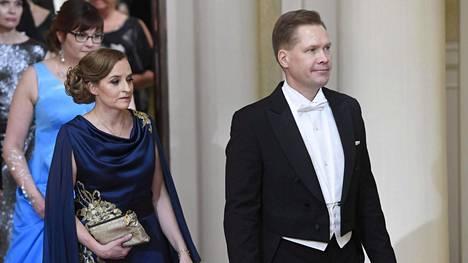 Petteri Lahtela saapui Linnaan puolisonsa Virpi Tuomivaaran kanssa.