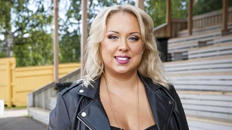 Henna Kalinainen kertoo käyttäneensä alkoholia turruttaakseen yksinäisyyden ja tyhjyyden tunnetta.