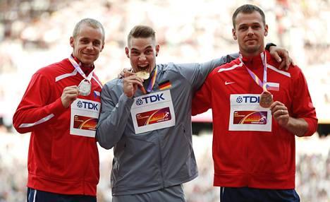 Lontoon MM-kilpailuissa Johannes Vetter (kesk.) sai palkintopallille seurakseen kaksi tshekkiä, Jakub Vadlejchin (vas.) ja Petr Frydrychin (oik.).