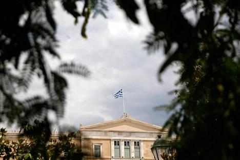 Kreikan lippu liehuu parlamenttitalon katolla Ateenassa 21. kesäkuuta 2018.