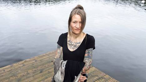 Juoksija Päivi Kauppinen sanoo, ettei ole saanut muilta yleisurheilijoilta kommenttia tatuoinneistaan.