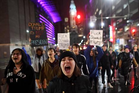 Mielenosoittajat marssivat kaduille myös Philadelphiassa.