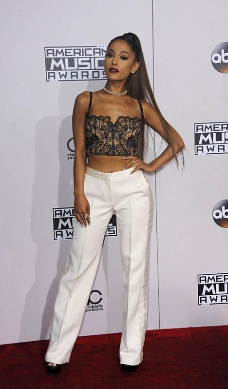 Laulaja Ariana Grande yhdisti siistit housut ja trendikkään pitsitopin.