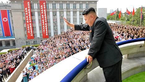 Johtaja Kim Jong-un seurasi paraatia parvekkeelta kansanjoukkojen yläpuolella.
