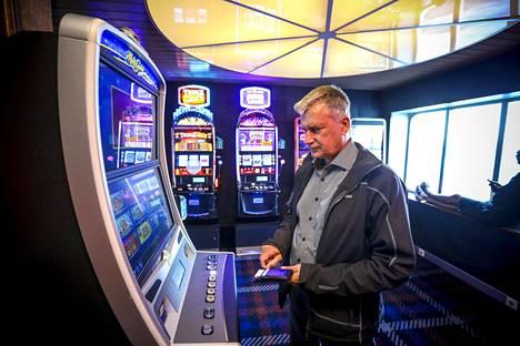 Kotimaassa suljetut pelikoneet eivät olleet ajaneet peli-intoilijoita sanottavasti vesille. Tyttärensä kanssa Riikaan matkustanut Arto Laxtröm kuvaili laivatunnelmaa rauhalliseksi.
