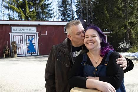 Aki ja Heli Palsanmäki kuvattuna huutokaupallaan.