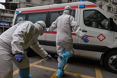 Täältä pandemia lähti. Kiinalaisen Wuhanin kaupungin sulkua on jo avattu normaalille liikenteelle. Kuvassa Punaisen Ristin työntekijät puhdistautumassa sairaankuljetusmatkan jälkeen.