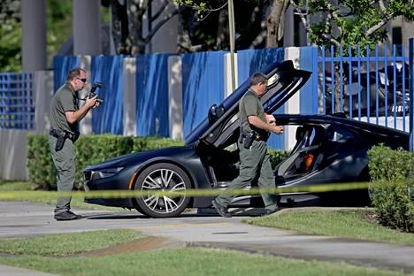 Poliisit tutkivat räppäri XXXTentacionin autoa surman jälkeen.