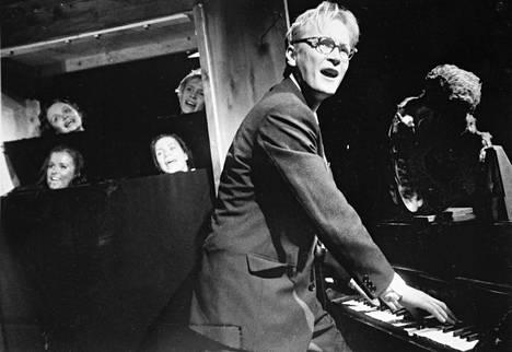 Teatterikorkeakoulu 1993. Sarja unia -esityksen ohjasi Petri Lahtinen. Janne soitti ja lauloi.